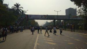 भीम सैनिकांनी रोखली धावती मुंबई; निषेधार्थ घोषणाबाजी व रास्तारोको
