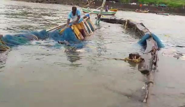 अचानक आलेल्या वादळामुळे हर्णे बंदरात नौकेला जलसमाधी