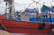 रत्नागिरी : वादळाच्या पार्श्वभूमीवर नौका बंदरात विसावल्या