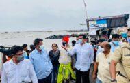 मत्स्यव्यवसाय मंत्री अस्लम शेख यांनी केला मुंबईतील चक्रीवादळग्रस्त भागाचा दौरा